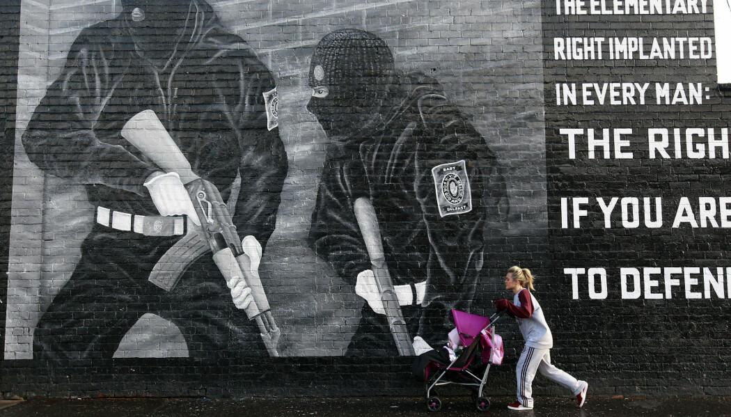 Nokon er positive, og andre er negative til Langfredagsavtalen i Nord-Irland. Bildet er frå 2013 og visar ei grafittitegning i Øst Belfast. (Foto: Reuters / NTB Scanpix)