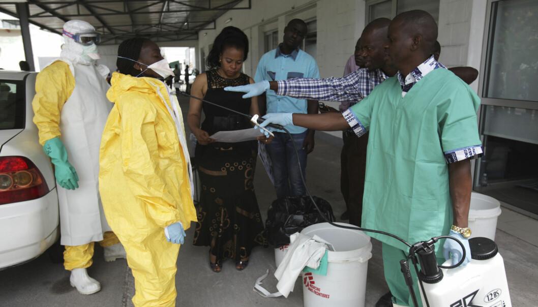 Erfaring og godt utstyr er blant grunnene til at Kongo har klart å forhindre et nytt, stort utbrudd av ebola. Her desinfiserer en helsearbeider en kollega under en øvelse i regi av kongolesiske helsemyndigheter i 2014. (Foto: Media Coulibaly / NTB Scanpix)