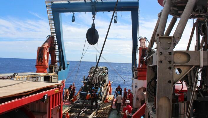 Her er forskere i International Ocean Discovery Program ute på tokt for å undersøke miljøer i havbunnen. (Foto: ECORD/IODP).