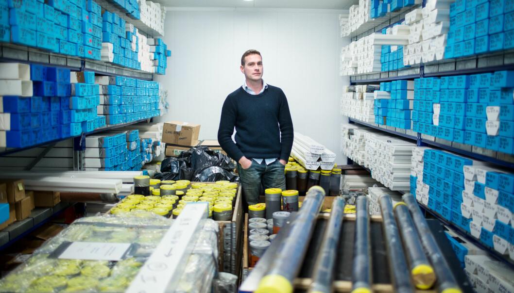 Steffen Leth Jørgensen forsker på den dype biosfæren i under havbunnen i Arktis. Her står han omringet av sedimentprøver. (Foto: Eivind Senneseth)