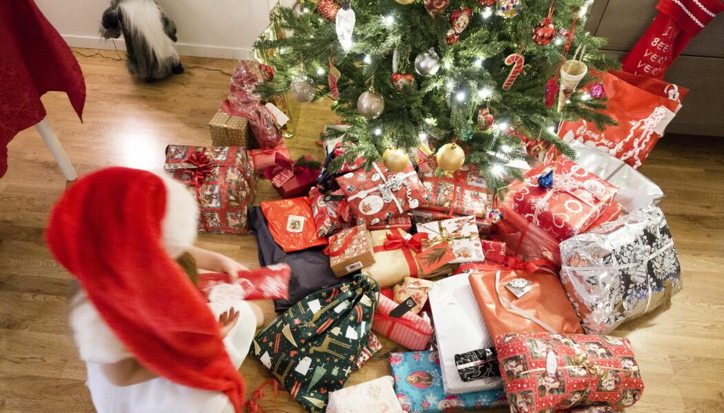 Ifølge forsker bør alt julepapir, i likhet med gavebånd, kastes i restavfall og i stedet gå til energigjenvinning. (Foto: Gorm Kallestad / NTB scanpix)