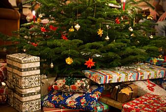 Forsker mener julepapir ikke er spesielt miljøfarlig, og synes ikke det er nødvendig å droppe julepapir til julegavene. (Foto: Colorbox)