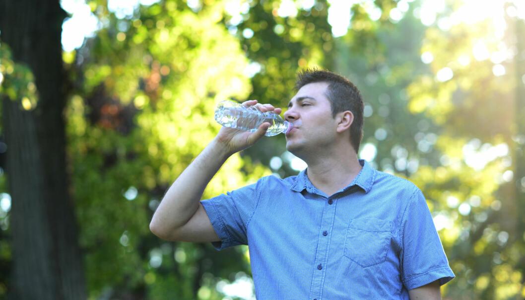 Det er fristende å helle nytt vann på sin brukte vannflaske – men er det også klokt? Som så ofte er ikke svaret helt klokkeklart. (Foto: Cristina Indrie / Shutterstock / NTB scanpix)
