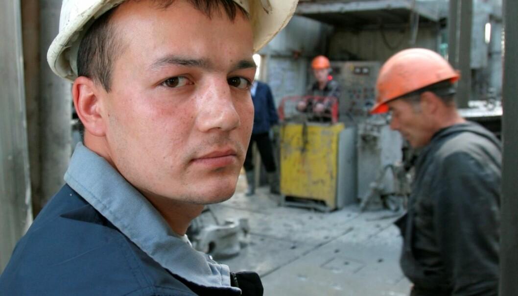 Mange utenlandske arbeidstakere behersker ikke norsk. Det kan gjøre arbeidet på en byggeplass usikkert. Det er derfor nødvendig å skape gode systemer for kommunikasjon. Men disse er ikke alltid en fordel for arbeidernes språklæring. (Foto: Colourbox)
