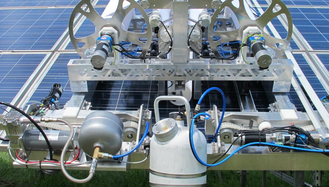 Denne roboten vasker solceller helt uten vaskemidler. Når solceller er rene, er de også mer effektive.  (Foto: Promoter Pro DSP Technology, Ungarn)
