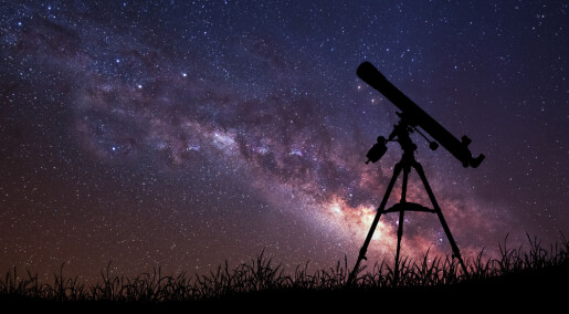 Kosmisk forstørrelsesglass med superzoom på fjern galakse