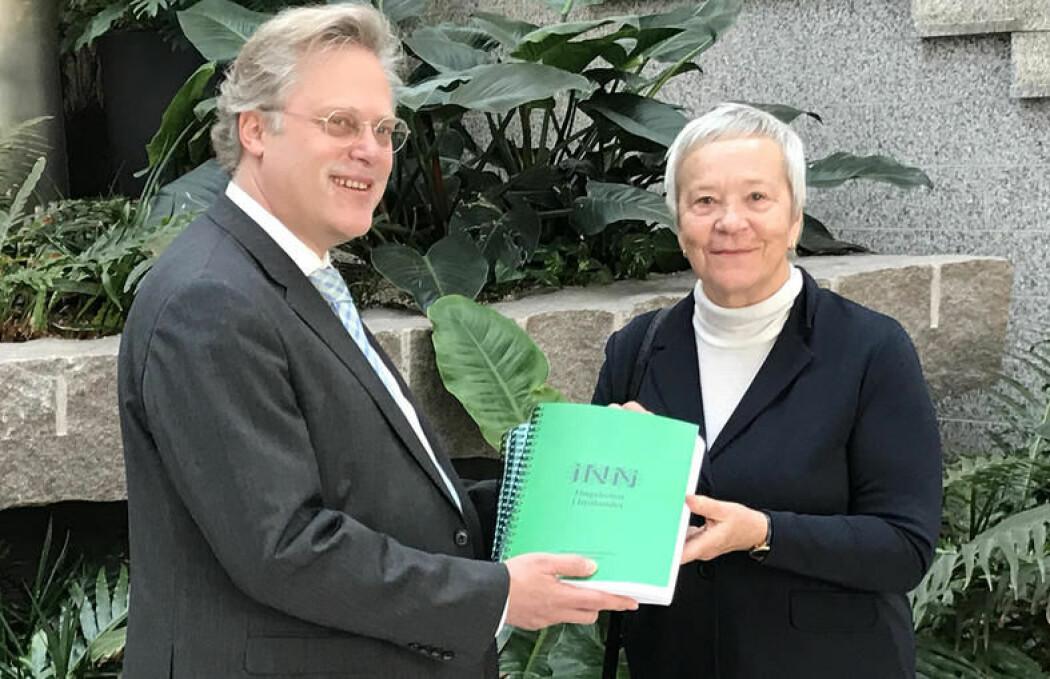 I dag overleverte rektor Kathrine Skretting Høgskolen i Innlandets søknad om å bli akkreditert som universitet til tilsynsdirektør Øystein Lund i NOKUT. (Foto: Jørgen Klein)