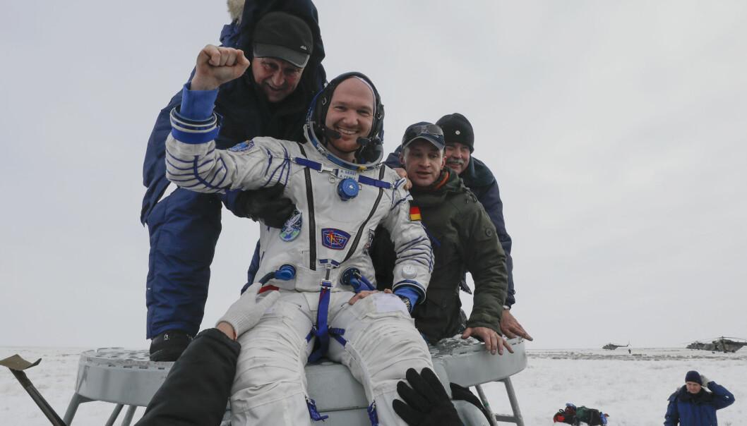 Redningsmannskap bisto de tre astronautene med å komme seg ut av det russiske Sojuz-fartøyet. Her hjelper de tyske Alexander Gerst. (Foto: Shamil Zhumatov / AP / NTB scanpix)