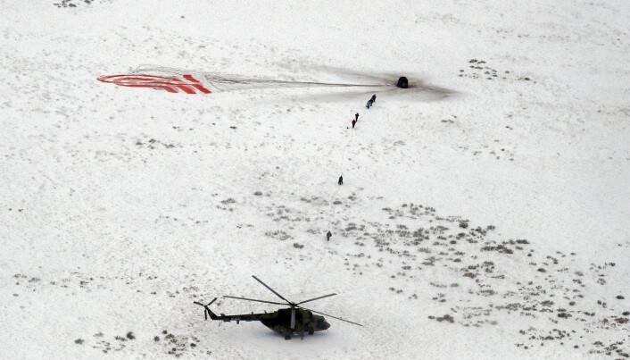 Et russisk Sojuz-fartøy med den amerikanske astronauten Serena Aunon-Chancellor, den russiske kosmonauten Sergey Prokopyev og den tyske astronauten Alexander Gest landet trygt på de snødekte steppene i Kasakhstan torsdag. (Foto: Shamil Zhumatov/ AP/NTB scanpix)