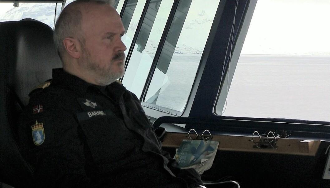 Forskning.no var med da skipssjef Endre Barane måtte avbryte forskernes aktiviteter for å bli med i redningsaksjonen da et scooterfølge gikk gjennom isen på Svalbard. (Foto: Eivind Torgersen)