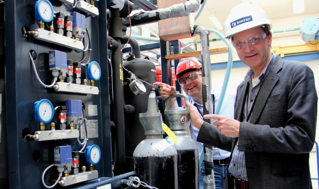 Energiforskere ved Sintef har jobbet med varmepumper og energieffektivisering i mange år. Her er Petter Nekså (t.h) og kollega Michael Bantle i laben i forbindelse med et annet varmepumpe-prosjekt. (Foto: Christina Benjaminsen)