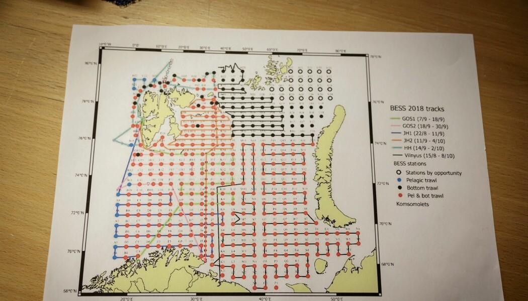 Kvar prikk på kartet er ein såkalla stasjon der forskarane tar ulike prøver. (Foto: Erlend A. Lorentzen / Havforskingsinstituttet)