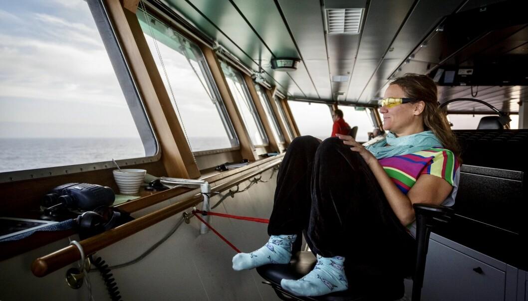 Kvalobservatør Yasmin Hunt har fortøydd svingstolen. Ho skal berre dekke babord synsfelt. (Foto: Erlend A. Lorentzen / Havforskingsinstituttet)