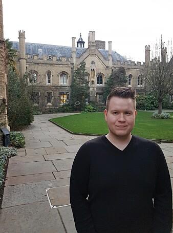 Doktorgradsstipendiat Per-Arne Andersen ved UiAs CAIR-senter er her ved Cambridge University for å presentere ein ny studie om kunstig intelligens. Han fekk prisen for beste presentasjon for studien. (Foto: Privat)