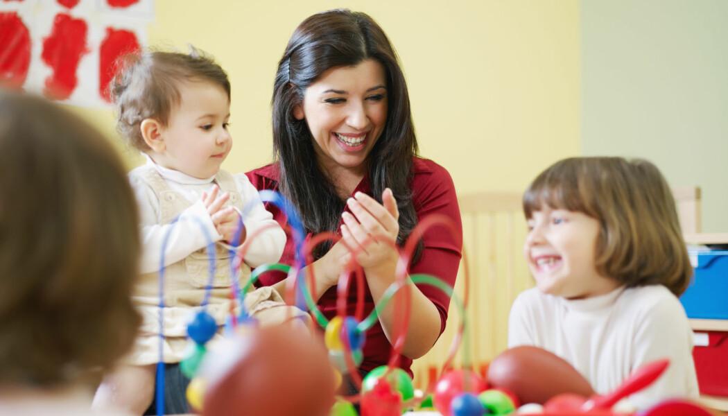 Det som kjennetegnet småbarnsavdelingene med godt språkmiljø, var at ansatte deltok aktivt i samtalene med barna. De brukte et rikt språk og konkrete ord på ting, i stedet for «den» eller «det». (Illustrasjonsfoto: Diego Cervo / Shutterstock / NTB scanpix)