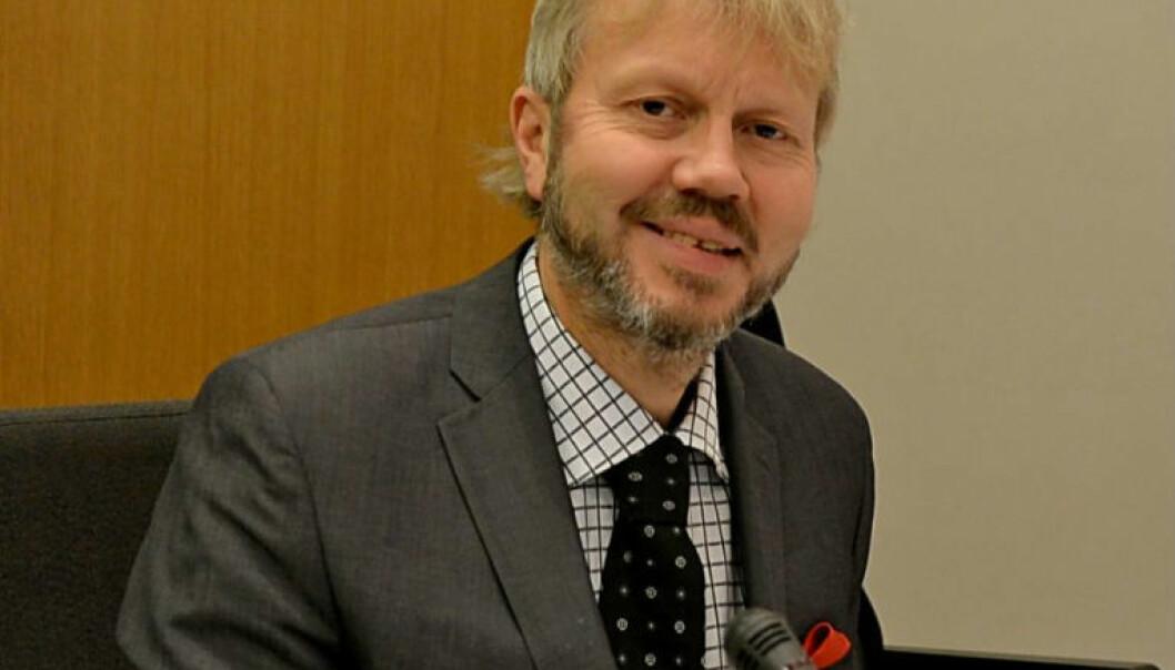 Jusprofessor Øyvind Ravna deltar ofte i samfunnsdebatten. - Det er forventet at vi som jobber med juridisk forskning deltar i debatten om ting vi har spesielle forutsetninger for å debattere og formidle, mener han. Hans råd er å prøve å overse «nettrollene.» (Foto: Steinar Solaas)