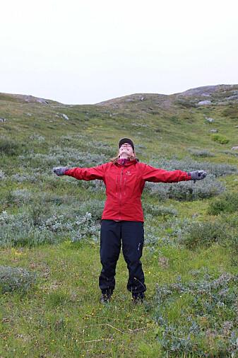 Overlykkelig botaniker i en eng av grønlandsstarr, Solvågtind, Nordland. (Foto: Heidi Myklebost)