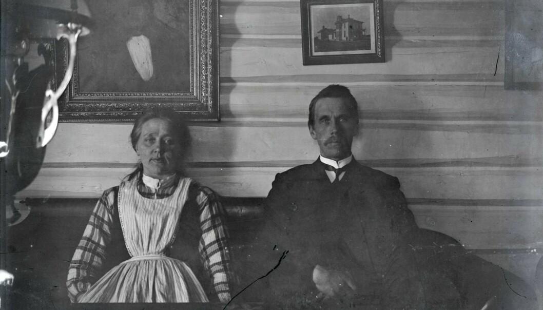 Personene på bildet er antakeligvis Herbjørn Østensen Svalestuen og kona Torbjørg O. Svalestuen, fotografert i huset sitt cirka 1907. (Foto: Norsk Industriarbeidermuseum)