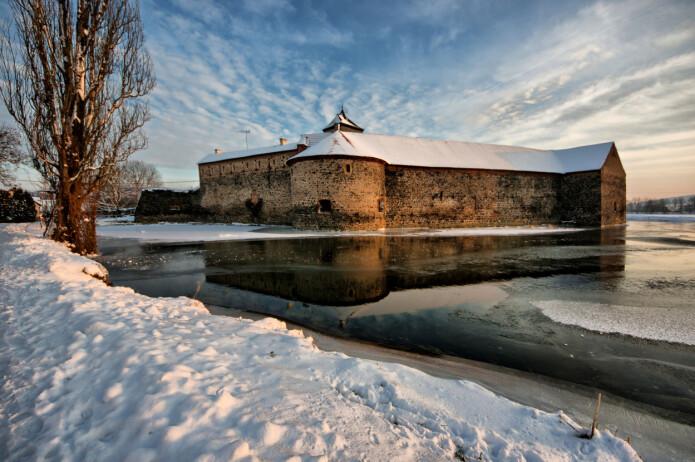 Borgen fra filmen «Tre nøtter til Askepott» Foto: Av Jiří Strašek - Eget verk, CC BY-SA 4.0, https://commons.wikimedia.org/w/index.php?curid=35053069