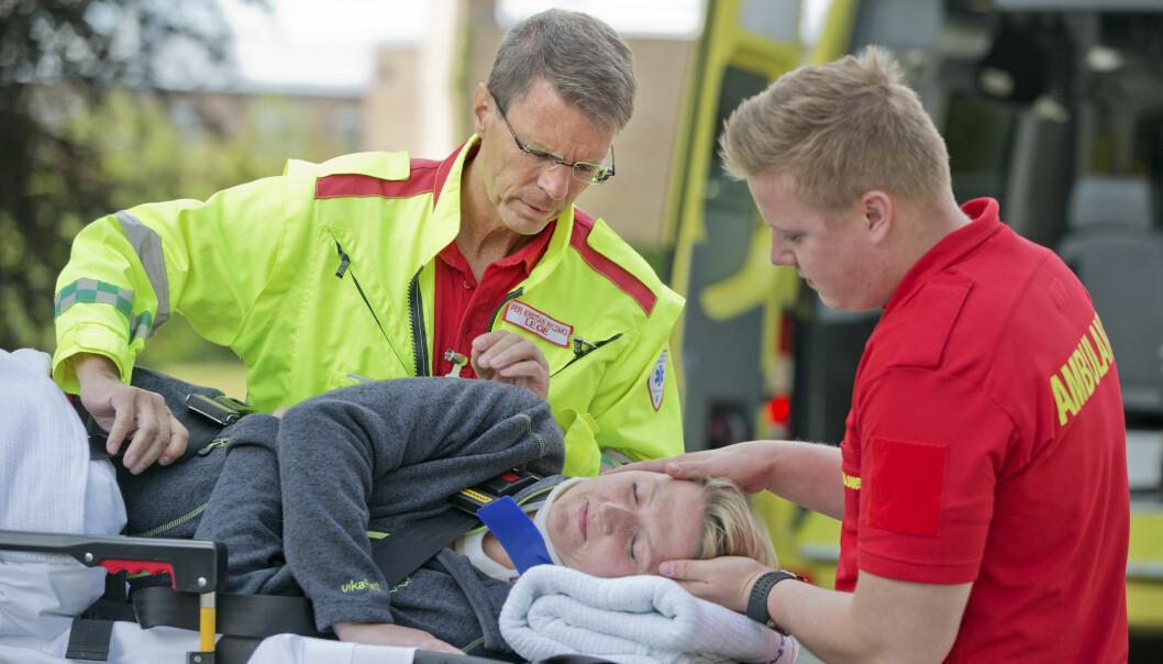Tidligere lot ambulansepersonell bevisstløse pasienter bli liggende på ryggen i frykt for at de kunne få alvorlige nakkeskader dersom de vendte på dem. Men nå viser forskning at det er tryggere å legge pasienten i traumesideleie, så lenge det utføres skånsomt.  (Foto:Foto: Fredrik Naumann, SNLA)