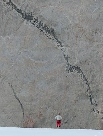 Mangel på vegetasjon gir geologene unik mulighet til å studere geologiske prosesser som skjedde for mange hundre millioner år siden dypt nede i jordskorpen. (Foto: Ane K. Engvik).
