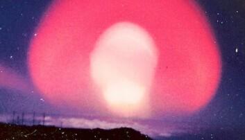 Dette er Teak-eksplosjonen, en av de første prøvesprengningene som nesten var i verdensrommet. Testen ble gjort av USA i 1958, og bomben gikk av 77 kilometer over bakken.  (Foto: UGS)