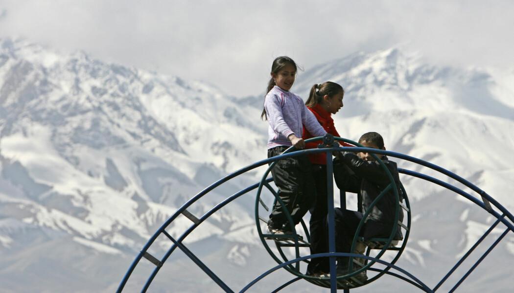 Afghanske jenter leker under nyttårsfeiringen i Kabul i mars 2007. (Foto: Ahmad Masood/Reuters/NTB scanpix)