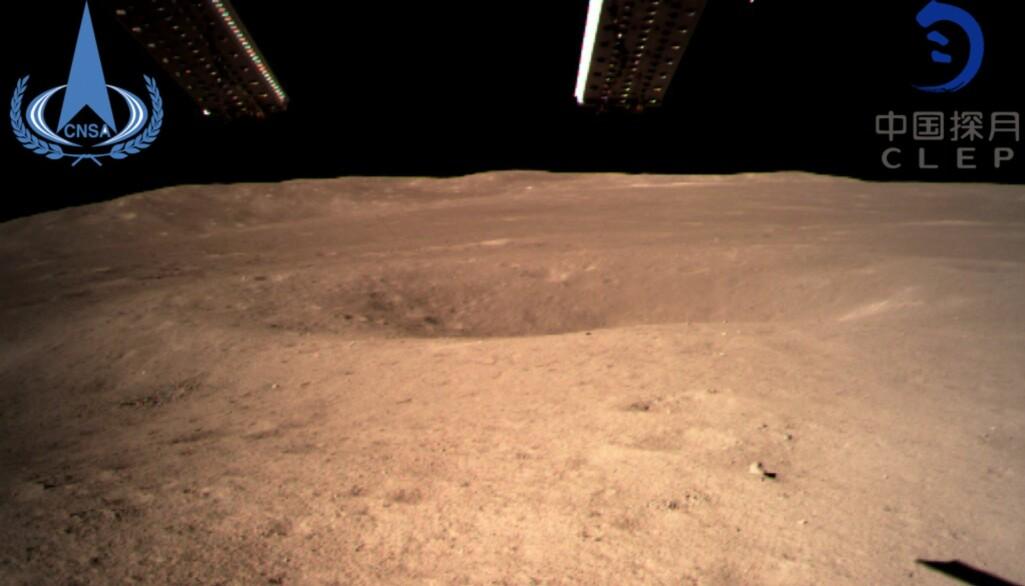 Det første bilde som den kinesiske romsonden tok etter landing. (Foto: China National Space Administration / Xinhua News Agency via AP)