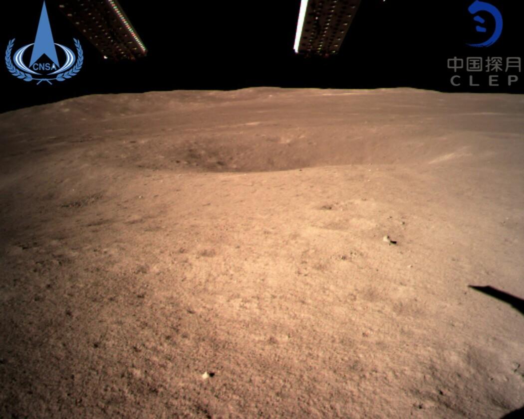 Dette er det første bildet fra månens bakside tatt av Kinas romsonde Chang'e-4. (Foto: China National Space Administration / Xinhua News Agency via AP)