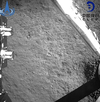 Dette bildet ble tatt etter at Kinas romsonde Chang'e-4 landet på månens bakside. (Foto: China National Space Administration / Xinhua / AP / NTB scanpix)