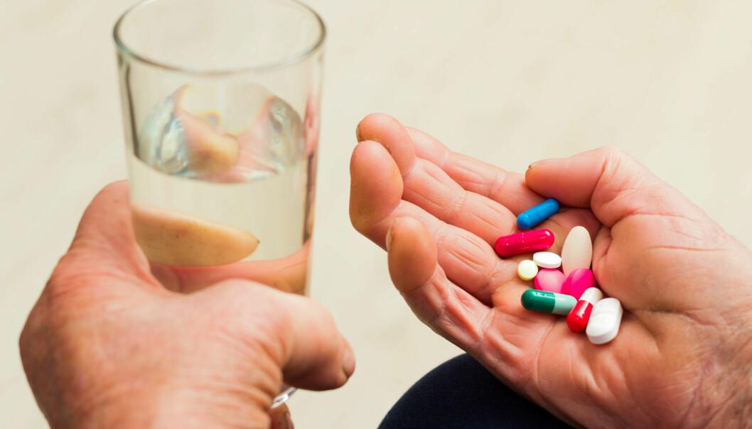 – Det koster penger å leie inn pleiere til ekstravakter, og det er billigere å medisinere. At sykehjemmene kan være tilbøyelige til å bruke psykofarmaka fremfor arbeidskraft, er ikke usannsynlig, sier overlege. (Illustrasjonsfoto: Colourbox)