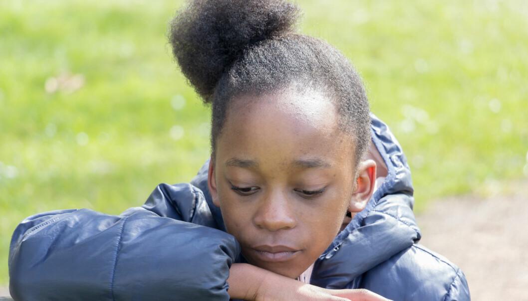 Det er lite sannsynlig at dette barnet gjemmer på flere bakterier enn et barn med hvit hudfarge – men den ubevisste frykten påvirker folk med et overaktivt «atferdsmessig immunforsvar», konkluderer forskere.  (Foto: Frances van der Merwe / Shutterstock / NTB scanpix)