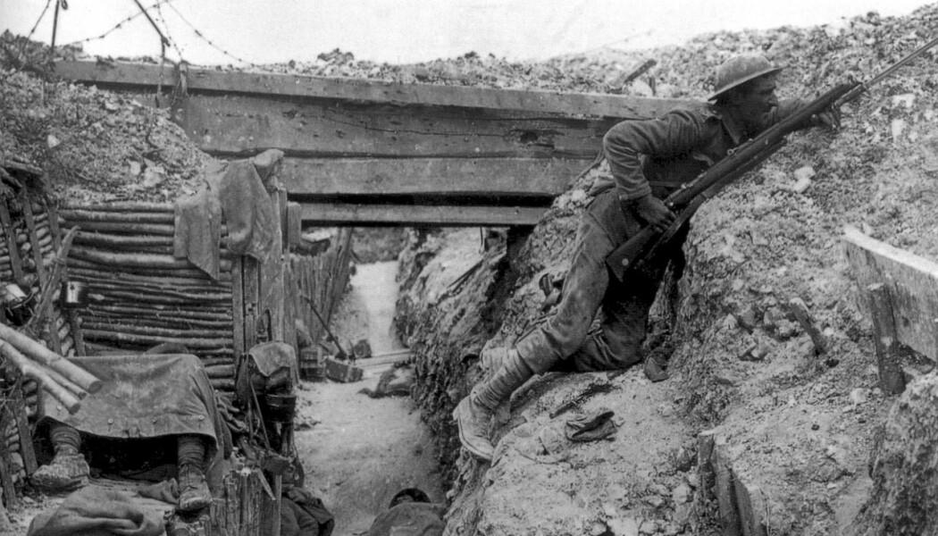 Denne soldaten holder utkikk i en skyttergrav ved Somme i Frankrike i 1916. Her kan du se en trekonstruksjon i skyttergravene. (Bilde: John Warwick Brooke)