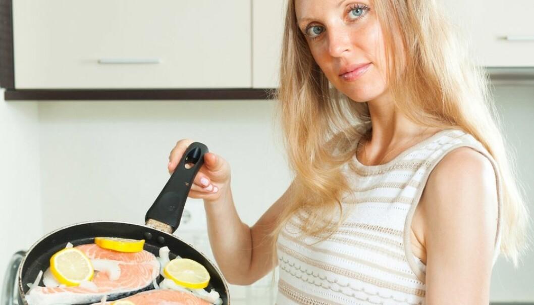 Omtrent 10 prosent kommer i overgangsalderen før de er 45 år gamle. Nå viser en studie at kvinner som spiser mye fet fisk og melkeprodukter beholder østrogenet lenger.  (Foto: Iakov Filimonov / Shutterstock / NTB scanpix)