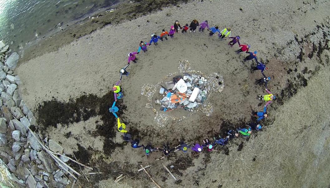 Barna har gitt nytt liv til strandsøppel. (Foto: Robert Øyjord, Arctic Air View)