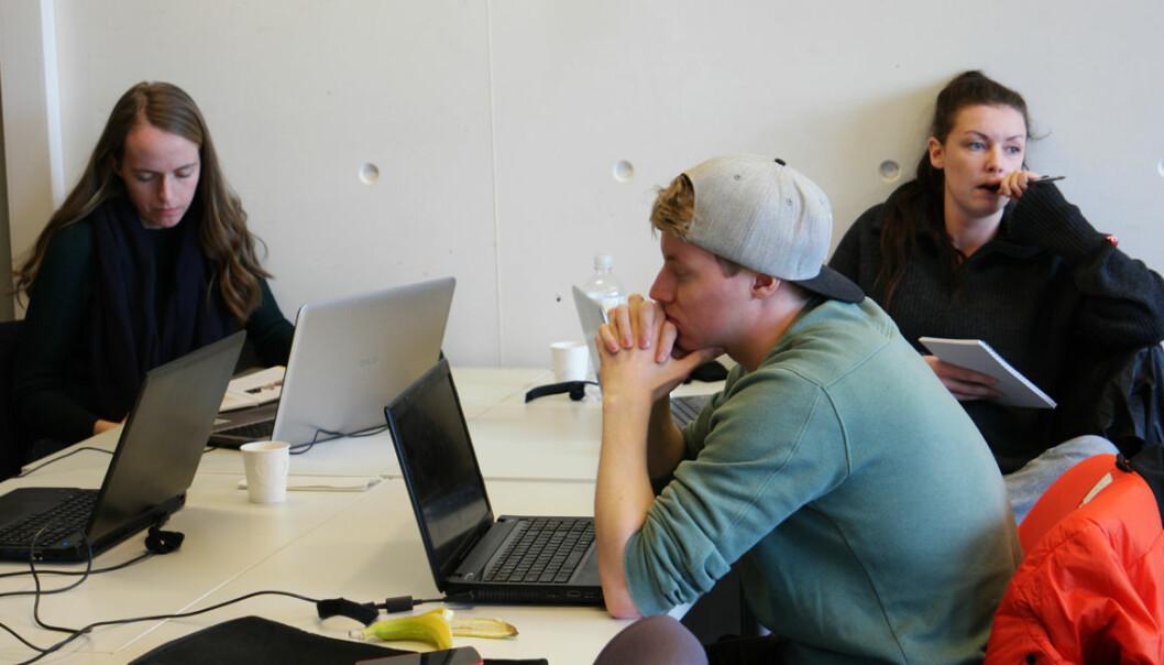 Hvordan kritisere uten å være slem? Det tenkes hardt rundt bordet i kurset Eksperter i team på NTNU. Fra venstre: Ingunn Johanne Vallestad, Ole Øystein Barsch og Lene Finsveen. (Foto: Arnfinn Christensen, forskning.no)