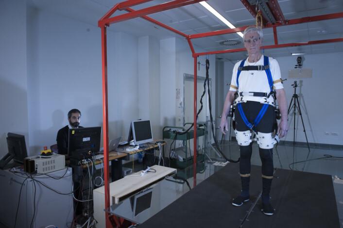 Testpersonen Fulvio Bertelli står klar til å falle, eller til å unngå å falle. (Foto: Hillary Sanctuary / EPFL)