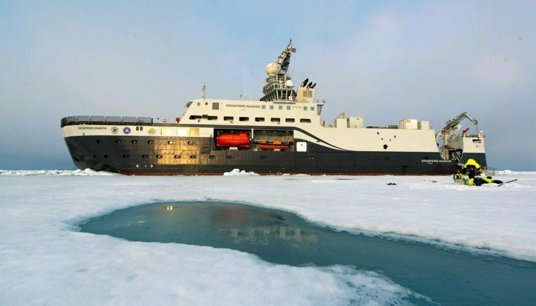 Fartøyet «Kronprins Haakon» tester isen. I Antarktis er det sommer, men is er likevel et vanlig syn. (Foto: Andreas Wolden, Havforskingsinstituttet)