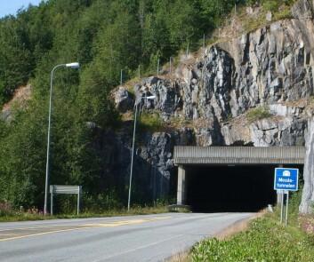 Mosåstunnelen på E6 i Vefsn i Nordland. I åsene over tunnelen lå det samiske bosettinger. Foto: Utsnitt av foto fra Wikipedia; fotograf 'MM2sp'