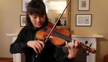 Fiolinisten Mira Wang spiller på en Stradivarius-fiolin. Denne kalles for Ames Stradivariusen, og den ble laget i 1734 av Antonio Stradivari.  (Illustrasjonsfoto: Shannon Stapleton/Reuters/NTB Scanpix)