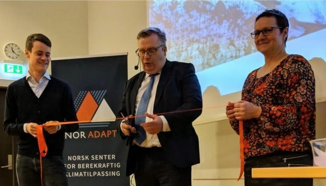 Frå opninga av Nasjonalt senter for berekraftig klimatilpassing. Frå venstre: Tore Storehaug, Atle Hamar og Karen Marie Hjelmeseter. (Foto: Kyrre Groven)