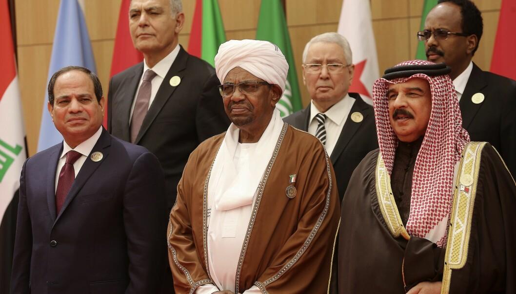 Egypts president, tidligere hærsjef Abdel Fattah al-Sisi (foran t.v.) og Sudans president Omar al-Bashir (i midten foran), grep begge makten i kupp, henholdsvis i 2013 og 1989. Her står de sammen under et møte i Den arabiske liga i Jordan i desember. (Foto: AP / NTB scanpix)