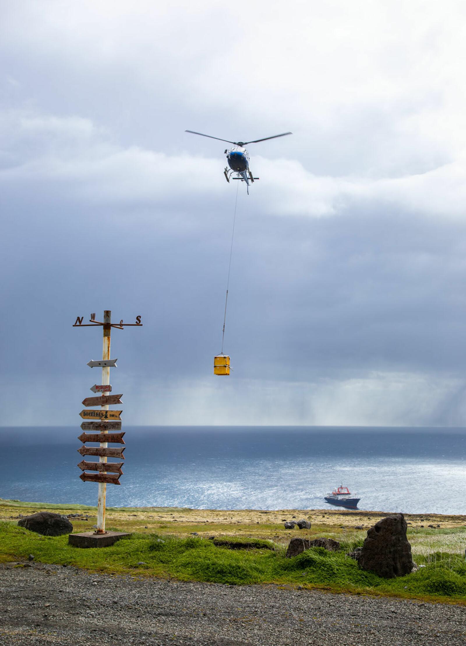 På vei sørover mot Kerguelen stoppet forskningsfartøyet ved Crozet Island i to dager for å levere forsyninger og skifte ut mannskap på øyas forskningsstasjon. (Foto: Sindre Eldøy, CC BY-SA 4.0)
