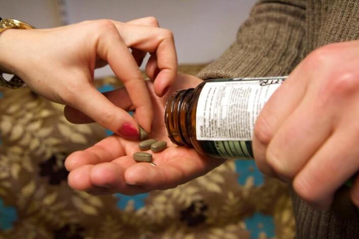 Det er ikke lett å finne ut hva slike piller er lagd av. Men DNA-strekkoding kan avsløre hvilke planter som finnes i dem. (Foto: Ingrid Spilde)
