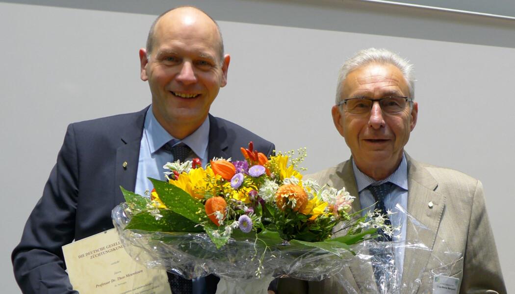 Theo Meuwissen (t.v) fikk overrakt Hermann von Nathusius-medaljen av Dr. Otto-Werner MarquardtFotoBettina Bongartz. (Foto: Bettina Bongartz)