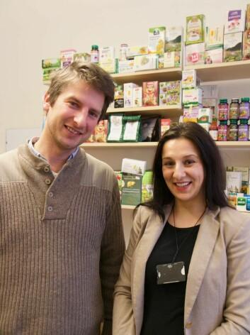 Hugo de Boer og Ancuta Cristina Raclariu har samlet johannesurt-produkter fra mange europeiske land. (Foto: Ingrid Spilde)