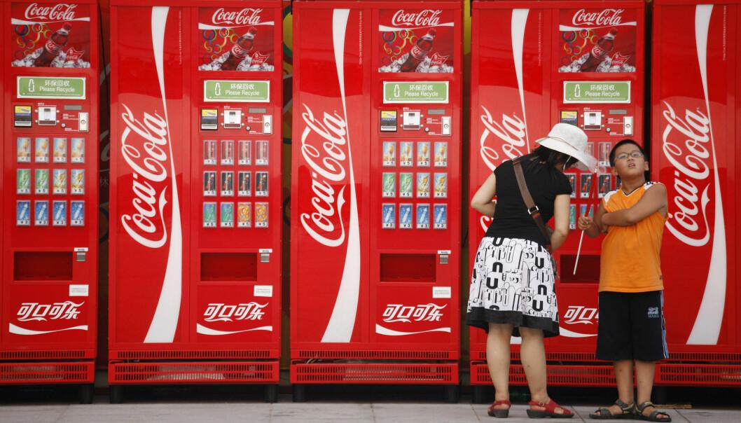 Kina er i dag Coca-Colas tredje største marked, og landet har i tillegg et enormt uutnyttet marked. Nå har brusgiganten bidratt til å dreie fokuset for kinesisk fedmebekjempelse vekk fra kosthold, mener forsker Susan Greenhalgh. (Foto: AP Photo/Peter Morgan, File, NTB Scanpix)