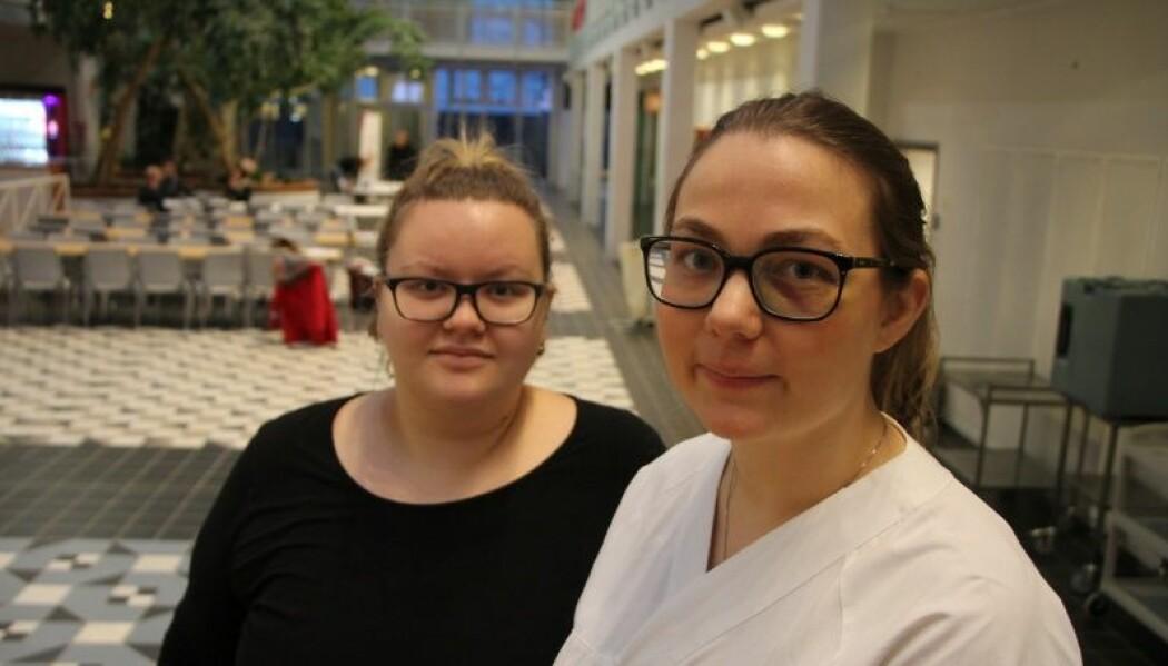Laila Gamst (t.v.) og Louise Hetty Einarson er begge aktive i Norsk medisinstudentforening Tromsø, og kjemper nå for å raskere komme ut i arbeid etter endt studie. (Foto: Lise Lotte Henriksen)