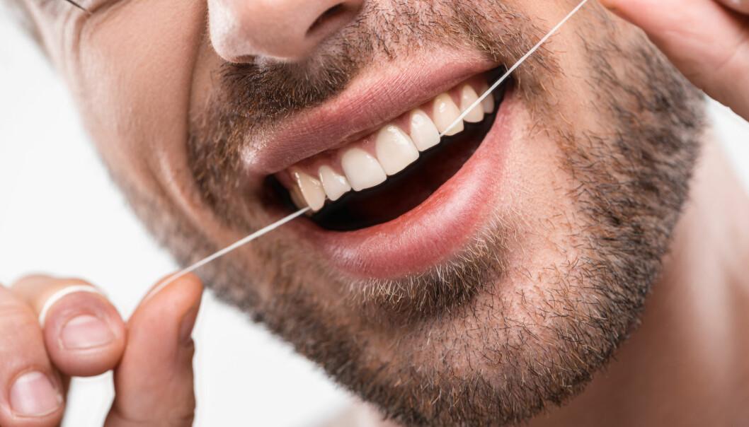 Det er slett ikke sikkert at det er bruk av tanntråd som gir deltakerne i denne studien høyere konsentrasjoner av PFAS i blodet. Det kan være andre ting, mener en norsk professor. Han er kritisk til sammenhengen forskerne mener de har funnet. (Foto: Shutterstock/NTB scanpix)