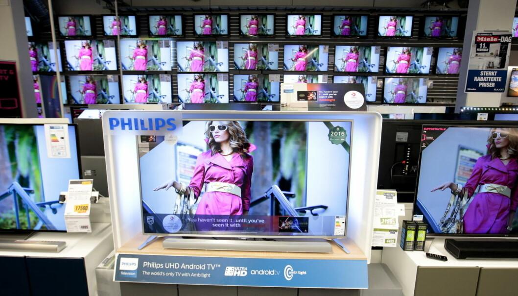 Forbrukere som blir frustrert ved at de ikke får ta på en demonstrert vare, kompenserer ved å kjøpe dyrere produkter, viser svensk studie. Og bilder av vakre kvinneportretter i butikken får menn til å kjøpe usunn mat som trøst.  (Foto: NTB/Scanpix)